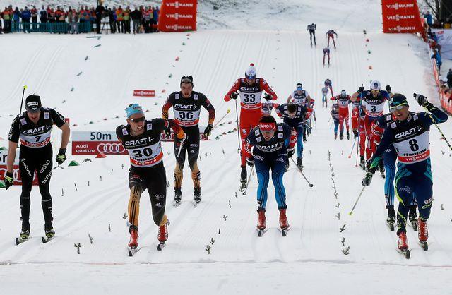 Le sprint final a été très disputé. Tim Tscharnke (dossard 30) s'impose de justesse devant le Kazakh Poltoranin (8) et Cologna (7). [Alessandro Garofalo - Reuters]