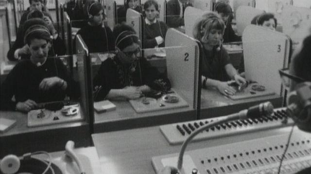 Le labo de langues ou laboratoire de langues nouvelle méthode de l'enseignement des langues étrangères en 1965 en Suisse. [RTS]