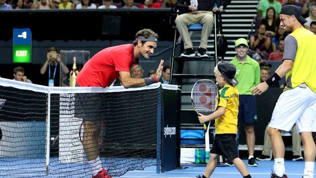 Federer salue Cruz Hewitt au cours de l'exhibition disputée face au père de ce dernier. [Nikki Short - AFP]