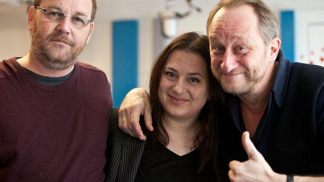 Benoît Poelvoorde (à droite) et Xavier Beauvois (à gauche) entourent Karine Vasarino. [Jérôme Genet - RTS]
