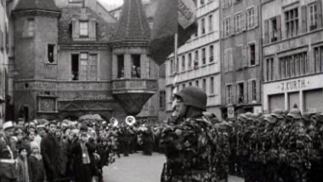 A Neuchâtel, la troupe défile devant la place Pury.