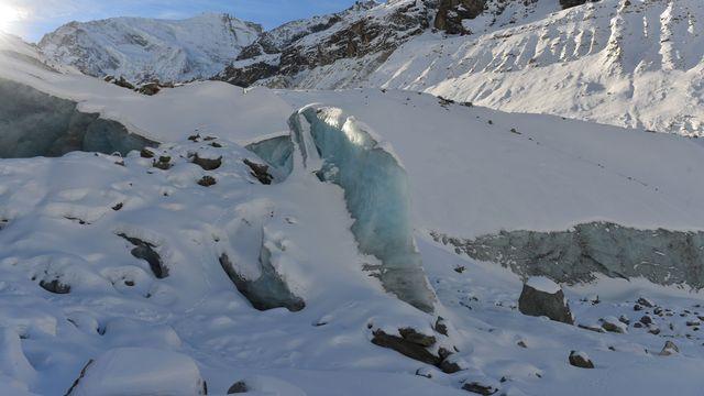Visite d'une grotte au cœur du glacier de Zinal en compagnie du géologue Thierry Basset. Un sujet de Cécile Guérin pour l'émission CQFD du 14 janvier 2015. [Thierry Basset]