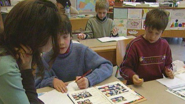 Les écoliers suisses romands peinent à apprendre l'allemand en Suisse. [RTS]