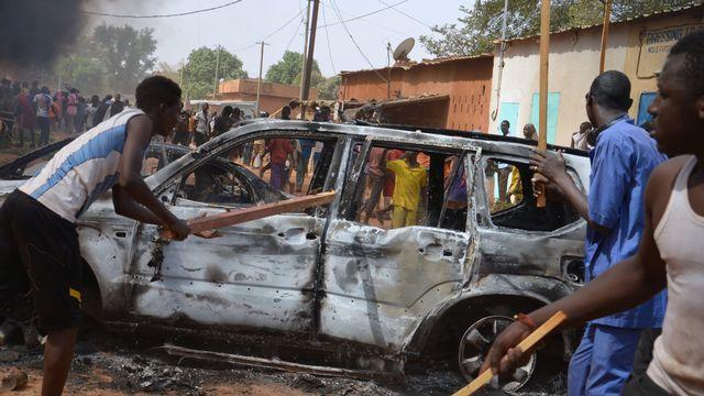 De nombreux jeunes, armés de gourdins, de barres de fer ou de pioches, faisaient partie des manifestants à Niamey. [AFP]