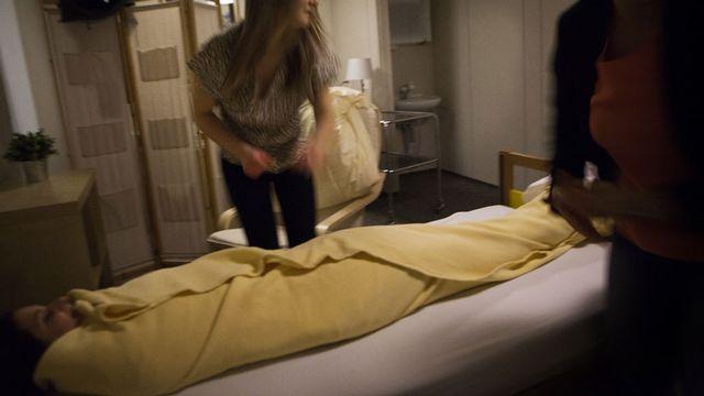 La méthode du pack consiste à emballer le patient dans des draps froids et humides. [Amelie Benoist - BSIP - AFP]