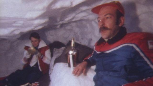 Deux touristes passent une nuit en igloo, Torgon 1979. [RTS]