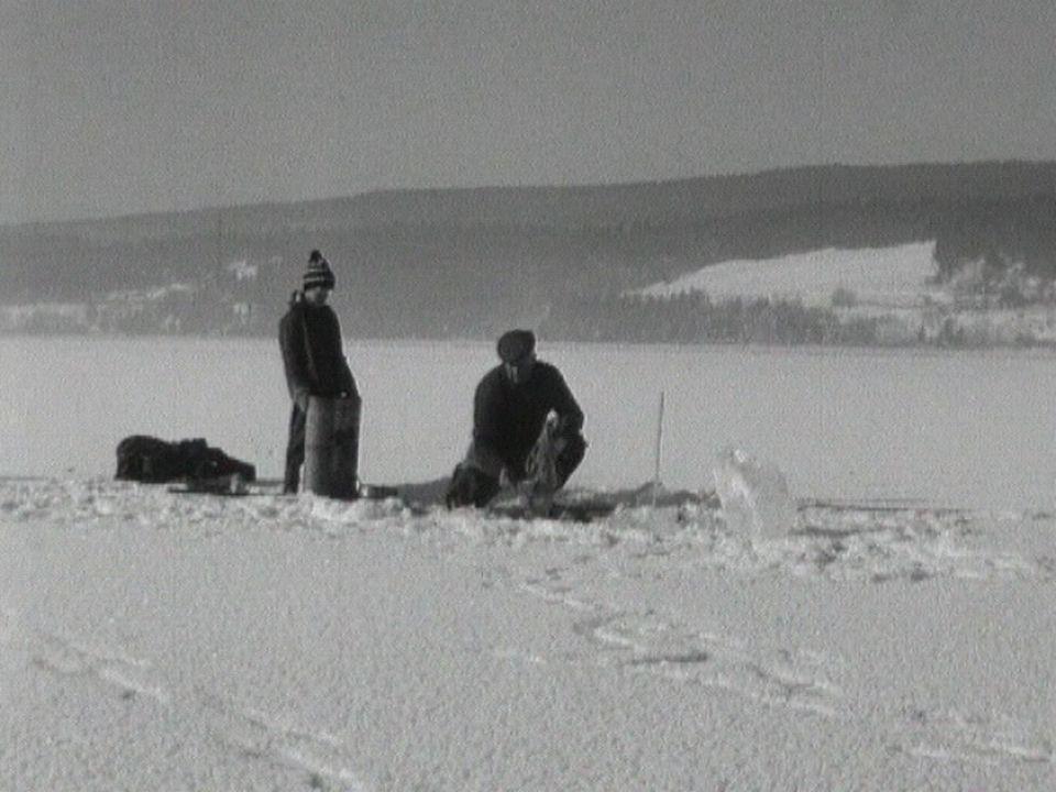 Pêche hivernale sur le lac de Joux en 1964. [RTS]