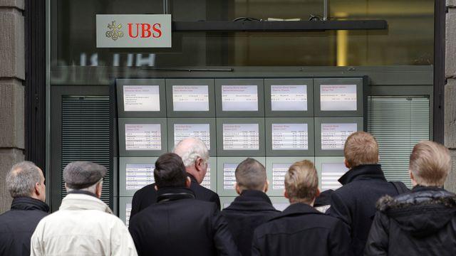 Le 15 janvier dernier devant l'UBS à la Bahnofstrasse à Zurich, jour où la BNS a annoncé l'abandon du taux plancher, mais aussi l'introduction de taux négatifs pour ses clients commerciaux. [Keystone]