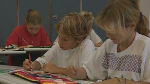 Ecoliers travaillant en classe en Suisse en 2007. [RTS]