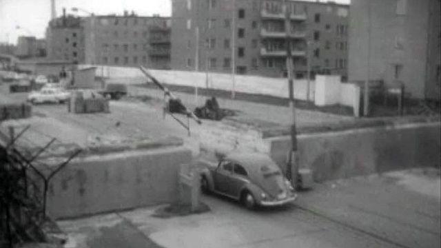 Ambiance au Mur de Berlin lors d'une visite de la ville en 1964.