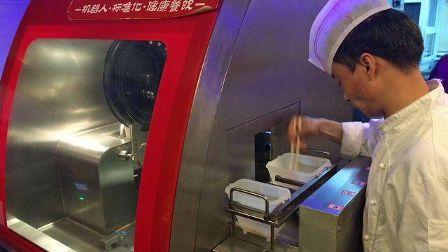 Dans ce restaurant de Pékin, ce sont les robots qui font la cuisine... [Raphaël Grand - RTS]