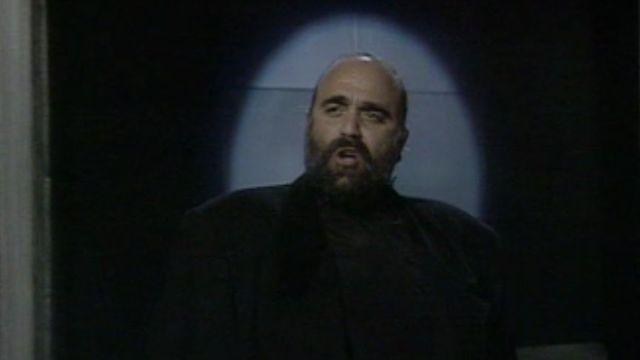 Le chanteur Demis Roussos invité sur le plateau de l'émission Variétés en 1988. [RTS]