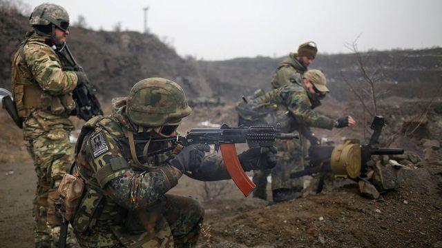 Entraînement militaire des volontaires ukrainiens près de Marioupol. [Anastasia Vlasova - EPA/Keystone]