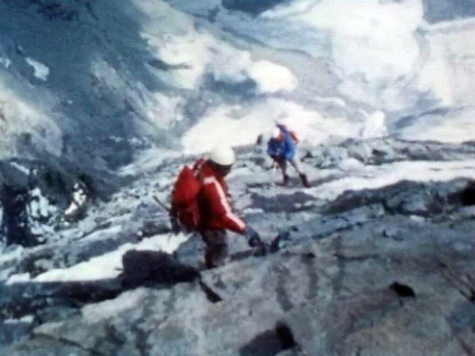 Des cordées guidées par l'inconscience à l'assaut de la montagne.