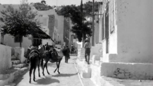 Un voyage en Grèce avec ses villages de pêcheurs et de touristes.