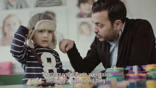 Dans une vidéo choc, des parents réussissent à convaincre leurs enfants de s'excuser pour des actes terroristes récents. [Abdelkarim El-Fassi/Zouka Media - DR]