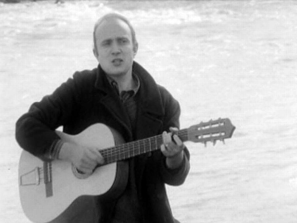 Pour la TSR il interprète: La chanson de 50 sous.