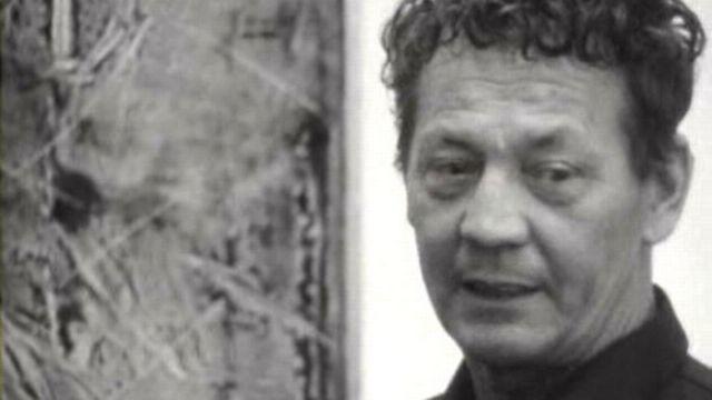 Le peintre Hans Erni lors de son exposition à l'Athénée en 1965. [RTS]
