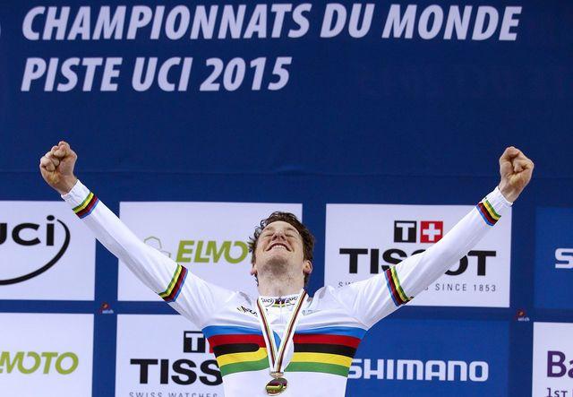 Stefan Küng revêtit à Saint-Quentin-en-Yvelines le maillot arc-en-ciel tant convoité dans le milieu cycliste. [Yoan Valat - Keystone]