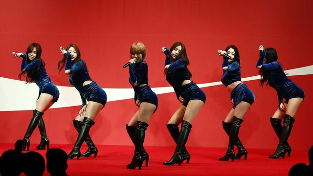 Mardi 24 février: les Sud-Coréennes du groupe de pop AOA lors d'un show en marge d'un fameux concours amateur d'athlétisme à Séoul. [Jeon Heon-Kyun - EPA/Keystone]