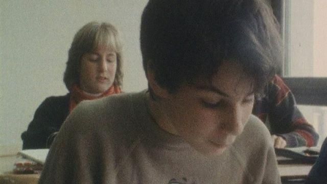 Enseignement traditionnel de l'allemand dans une classe en Suisse en 1984 [RTS]
