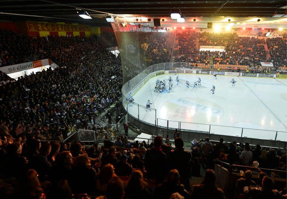 """Le """"kop"""" biennois derrière le but, une image symbolique du Stade de glace. [Peter Schneider - Keystone]"""