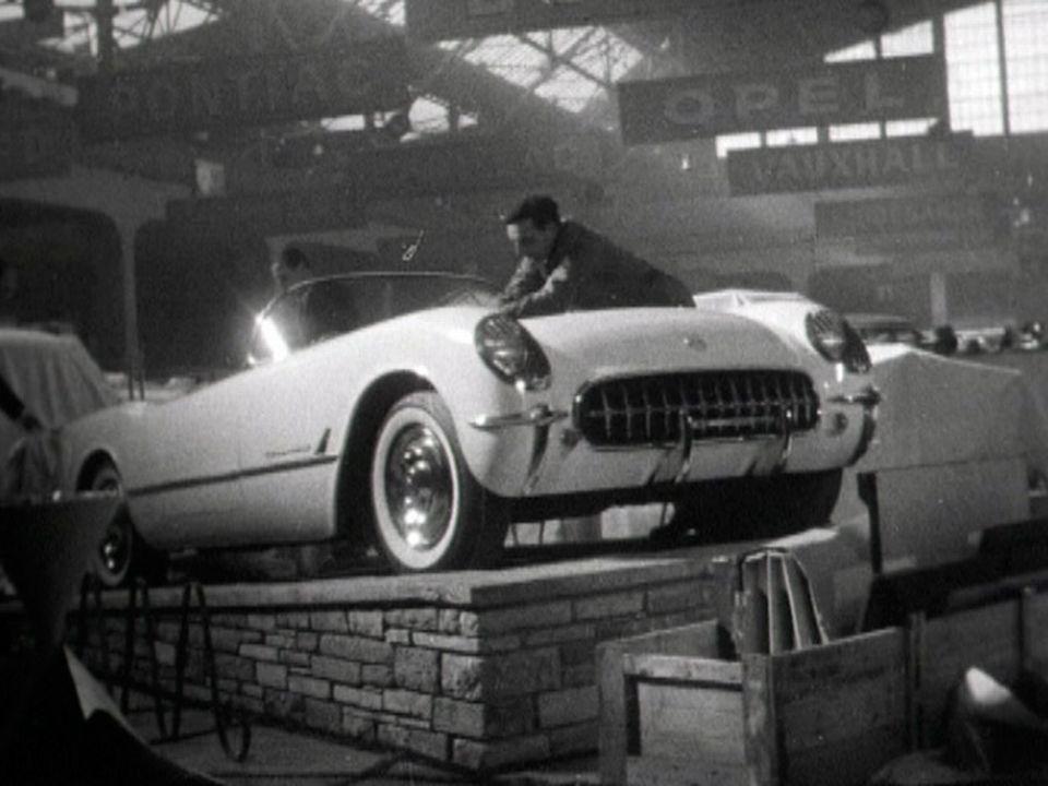 On bichonne une voiture avant l'ouverture du Salon de l'auto en 1954. [RTS]