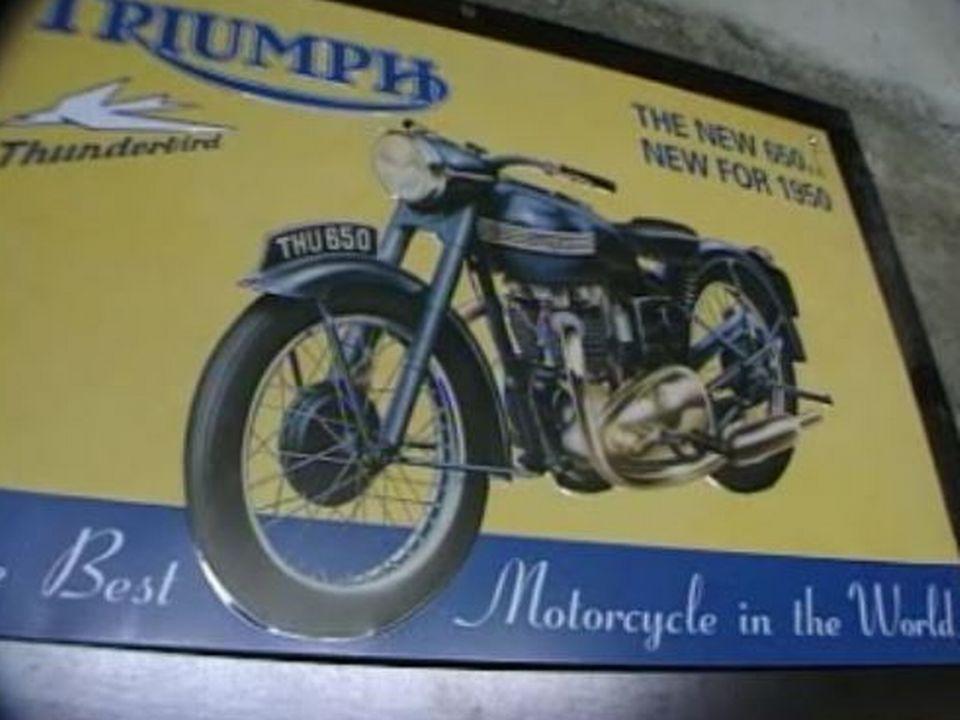 Affiche d'une moto Triumph. [RTS]