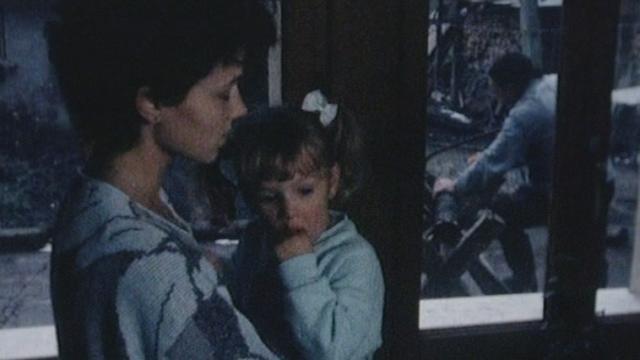 Maman chantant une chanson à sa fillette en 1989. [RTS]