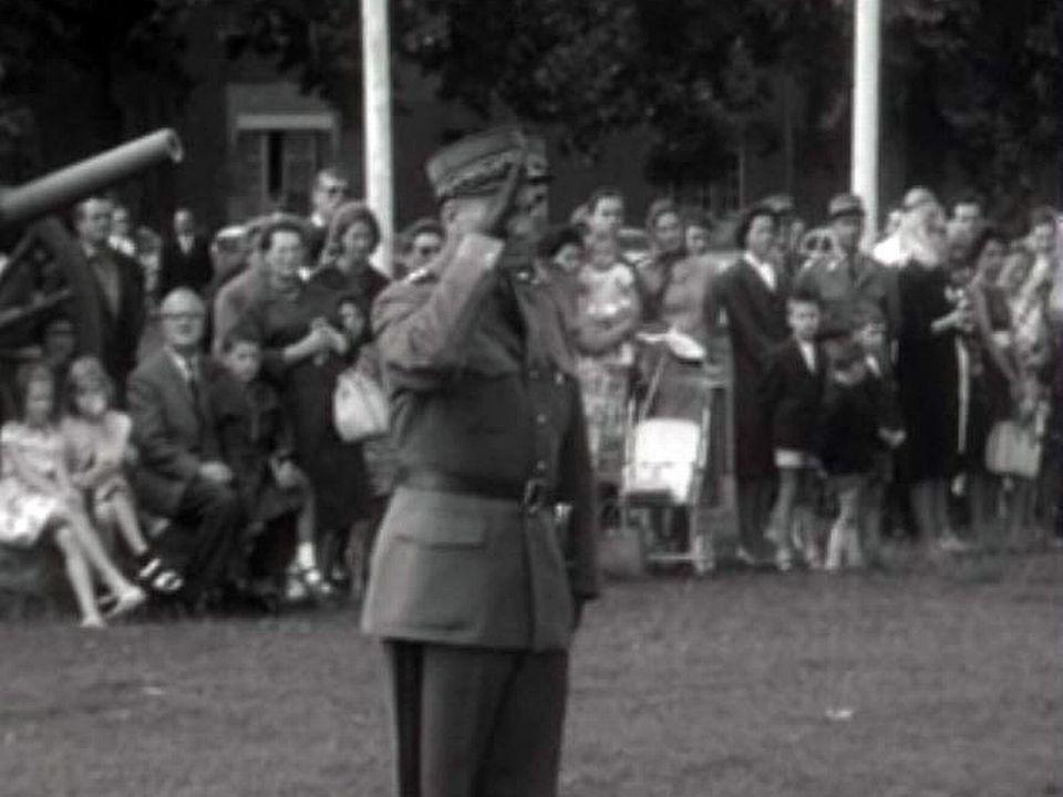 Avant tout défilé militaire, le commandant salue le drapeau.
