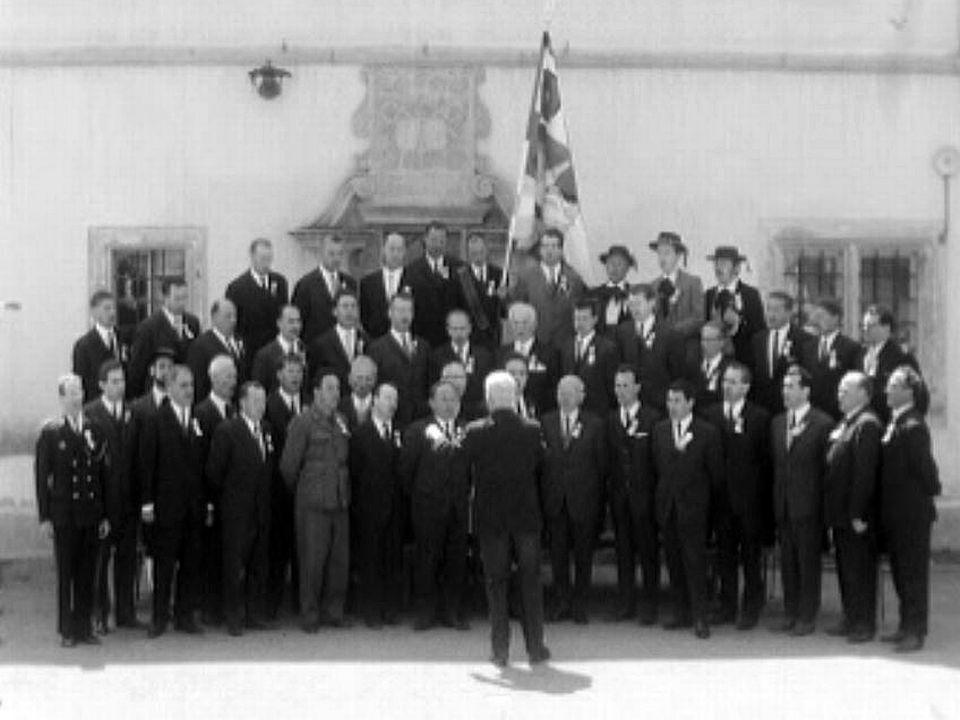 Les chanteurs d'Estavayer chantent pour la fête des chorales.