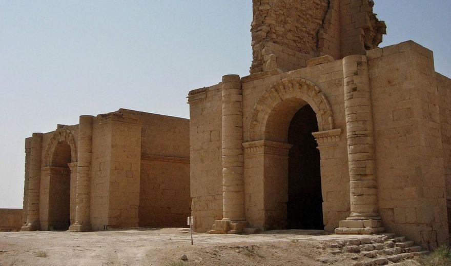 Deux temples de Hatra photographiés en 2005.