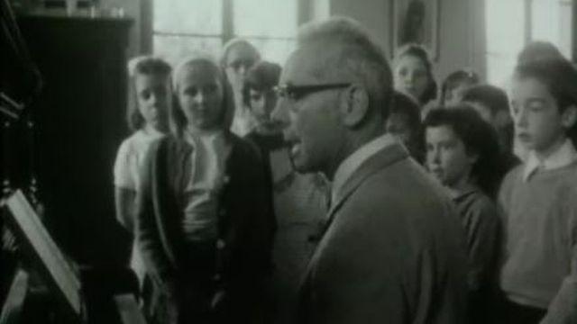 Classe d'élèves de Duillier suivant la leçon de chant en 1967 dans le canton de Vaud. [RTS]