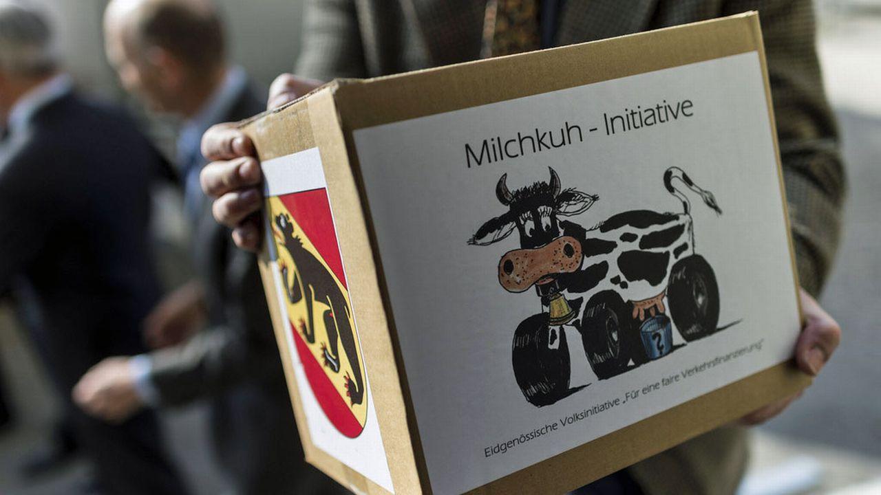 """L'initiative """"vache à lait"""" avait été déposée en mars 2014 à Berne. [Alessandro della Valle - Keystone]"""