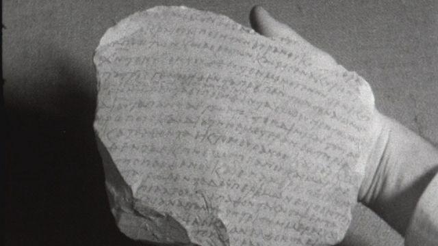 Une écriture découverte sur une pierre présentée en 1959. [RTS]