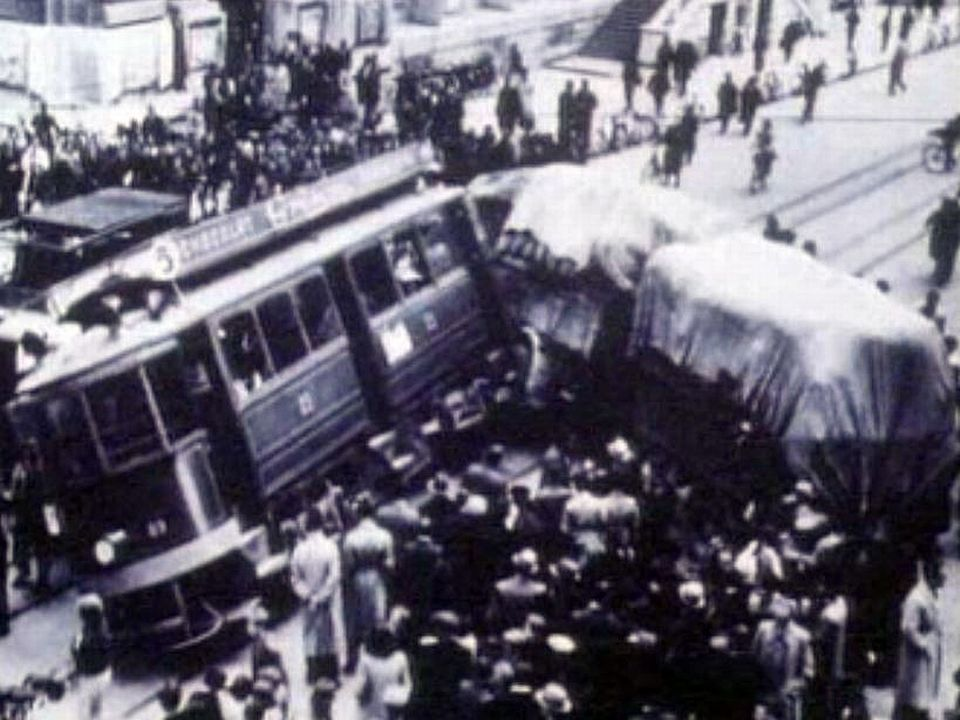 Dans les années 50, le tram côtoie encore l'automobile.