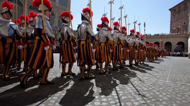 Cérémonie officielle des gardes suisses au Vatican, le 6 mai 2014. [Alessandra Tarantino - Keystone]