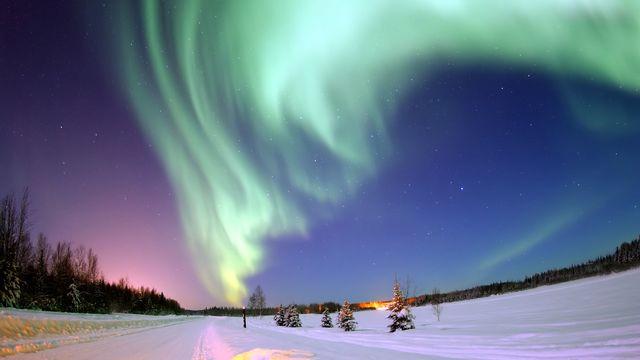 2006 - Une aurore boréale brille au-dessus de Bear Lake; photo prise de la base de l'US Air Force d'Eeilson, en Alaska. [United States Air Force/Senior Airman Joshua Strang]