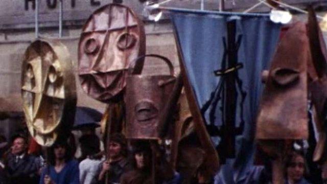 La Confrérie du Guillon fête le vin dans les rues du village d'Epesses.