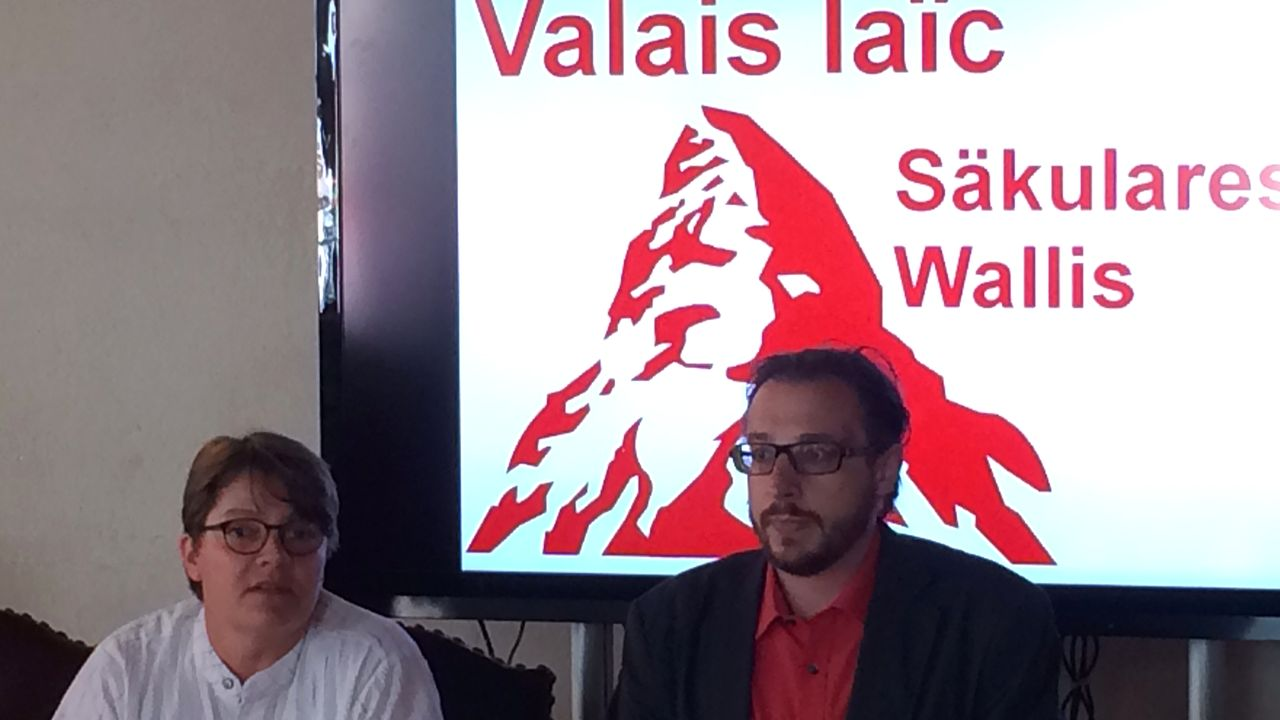 Barbara Lanthemann et Valentin Abgottspon co-présidents du comité d'initiative. [Marie Giovanola - RTS]