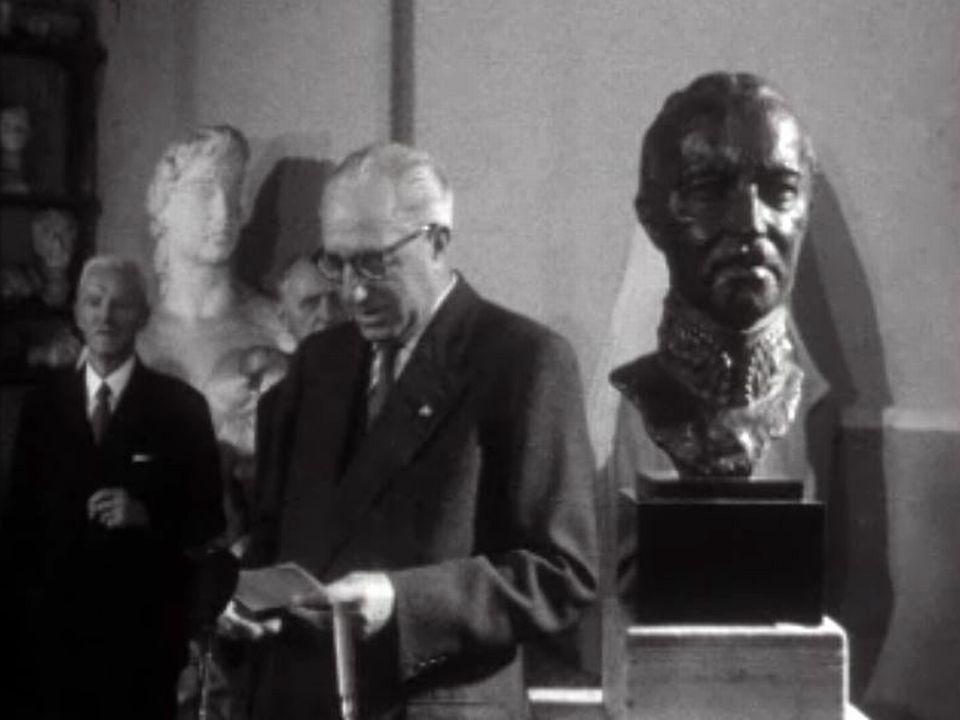 Le général découvre son buste sculpté par Casimir Reymond.