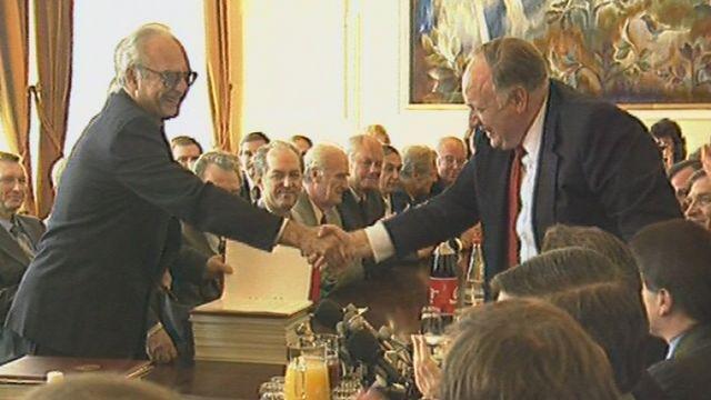 Poignée de main entre Iouri Nazarkine et Linton Brooks à Genève en 1985. [RTS]