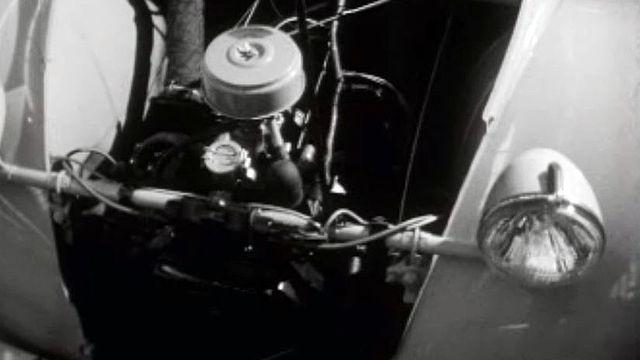 Au Salon de l'auto, présentation de la nouvelle 2CV.