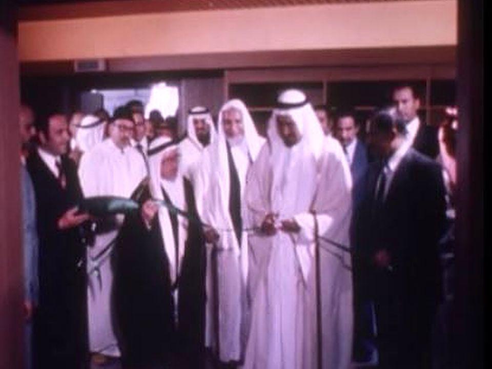Le roi Khaled d'Arabie saoudite s'apprête à couper le ruban. [RTS]