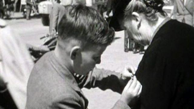 L'insigne du 1er août est vendu par des jeunes bénévoles.