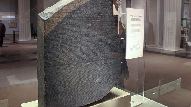 La pierre de Rosette, découverte pendant les campagnes de Napoléon en Egypte, est maintenant au British Museum. [Daniel Kalker - DPA / AFP]