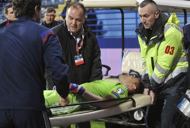 Le gardien russe Igor Akinfeev avait été atteint par un fumigène après une minute de jeu. [Stringer - Reuters]