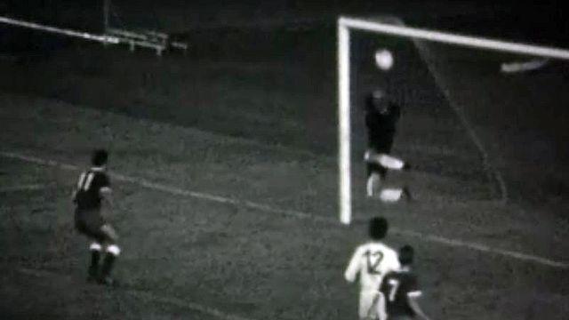 Au Mondial de 1954, la Suisse l'emporte sur l'équipe d'Italie.