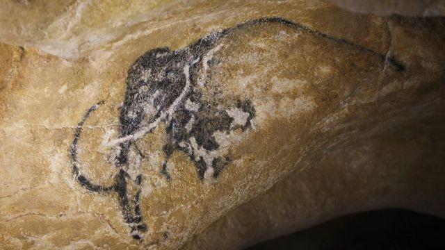 La Caverne du Pont d'Arc, réplique de la grotte Chauvet, a été inaugurée. [EPA/Guillaume Horcajuelo - Keystone]