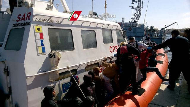 Les survivants du naufrage. [AFP/Guardia Costjiera]